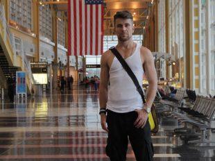 Lotnisko w Waszyngtonie, na tle amerykańskiej flagi