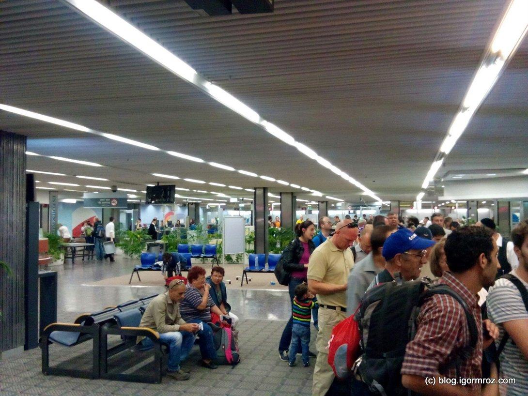 Ostatni etap, oczekiwanie na transfer na Terminal 1, w tle ostatnie bramki security.   Wcześniej nawet nie próbowałem robić zdjęć w obawie przed karną lewatywą.